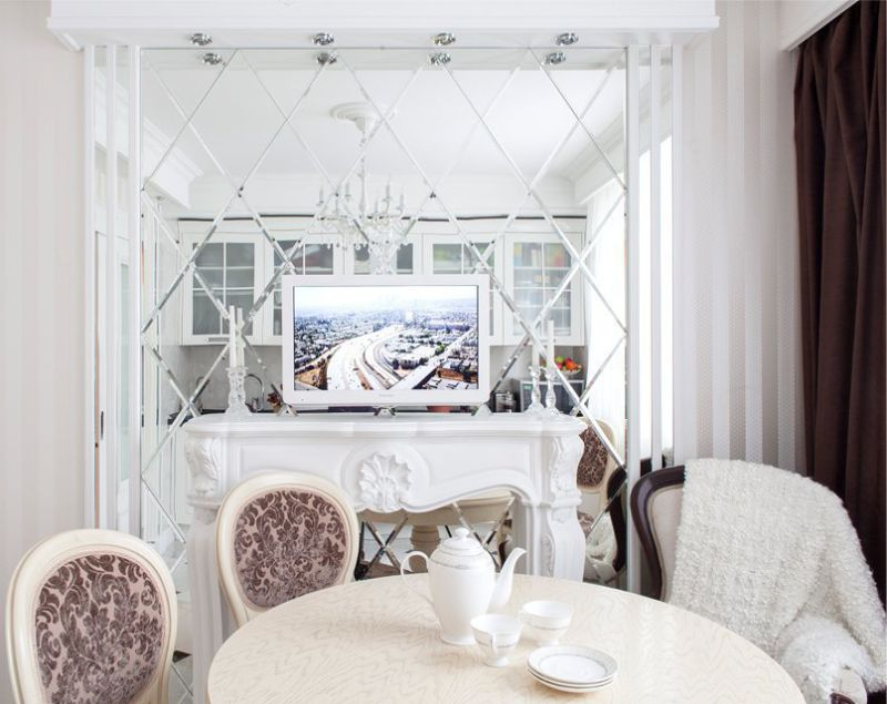 Dapur putih dengan cermin