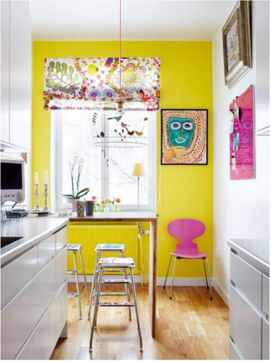 Dapur putih dengan dinding kuning