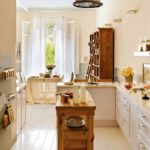 Fehér függönyök a konyha-étkező belsejében Provence stílusában