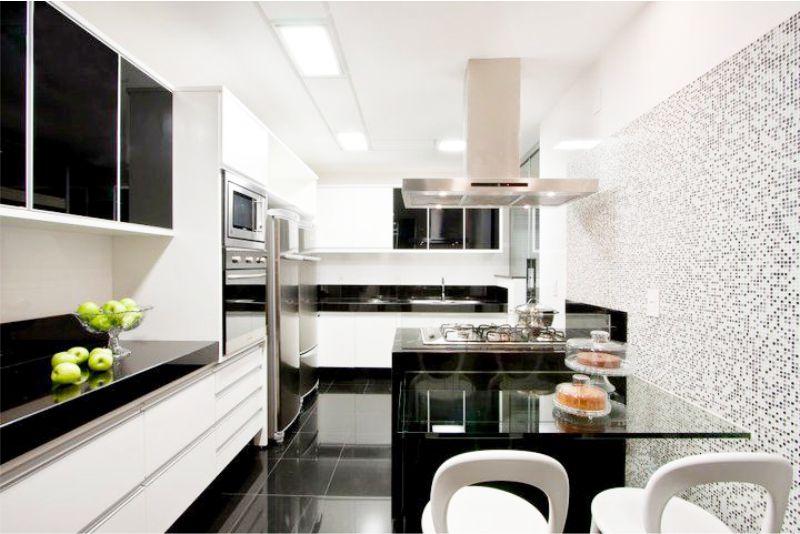 Bahagian atas bawah putih dan dapur hitam