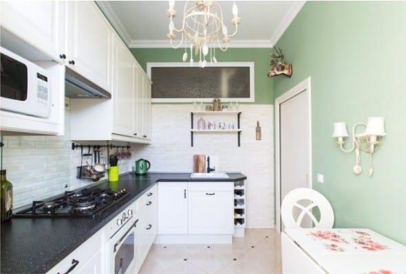 Sconce v interiéru malé kuchyně ve stylu Provence