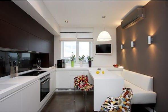 Sconce v interiéru malé kuchyně s tmavými stěnami