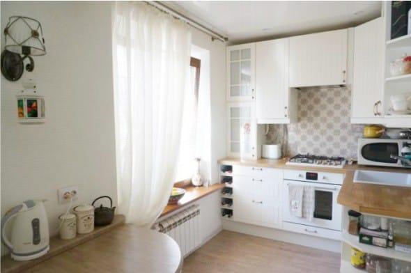 Sconce v interiéru malé kuchyně bez lustru