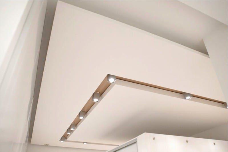 Duplex sádrokartonový strop ve stylu minimalismu