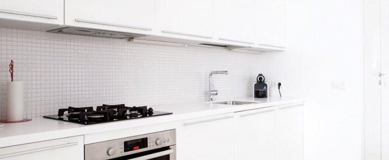 Zástěra v interiéru kuchyně ve stylu minimalismu - dlaždice