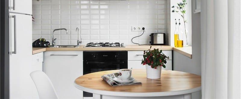 Zástěra v interiéru kuchyně ve stylu minimalismu - bílá dlažba