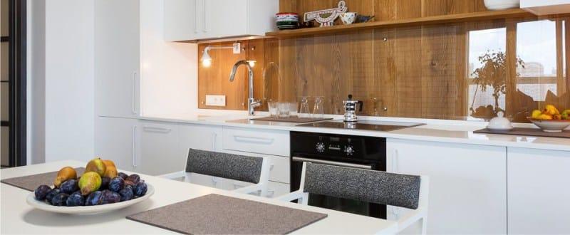 Zástěra v interiéru kuchyně ve stylu minimalismu - sklo a dřevo