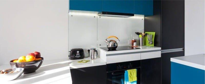 Zástěra v interiéru kuchyně ve stylu minimalismu - průhledné sklo