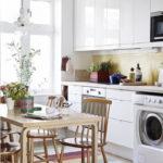 Dapur gaya Skandinavia putih berkilat