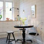 Kiiltävät laatat keittiön lattialla