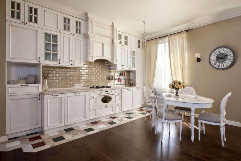 Carreaux de céramique sur le sol de la cuisine classique