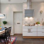 Ruskeat lattialaatat keittiössä
