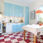 Punaiset ja valkoiset laatat keittiön sisätiloissa