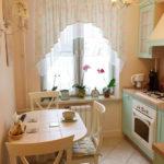 Provence-tyylinen keittiö, jossa on laattalattiat