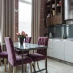 Set dapur dengan fasad warna yang berbeza