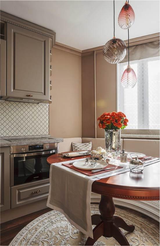 שולחן סגלגל בחדר האוכל - מטבח עם חלון מפרץ