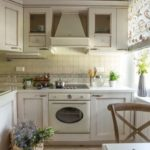 Laatan kahdeksankulmainen keittiö sisätiloissa Provencen tyyliin