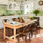 Cotto-tyyppiset laatat maalaistyylisessä keittiön sisustuksessa