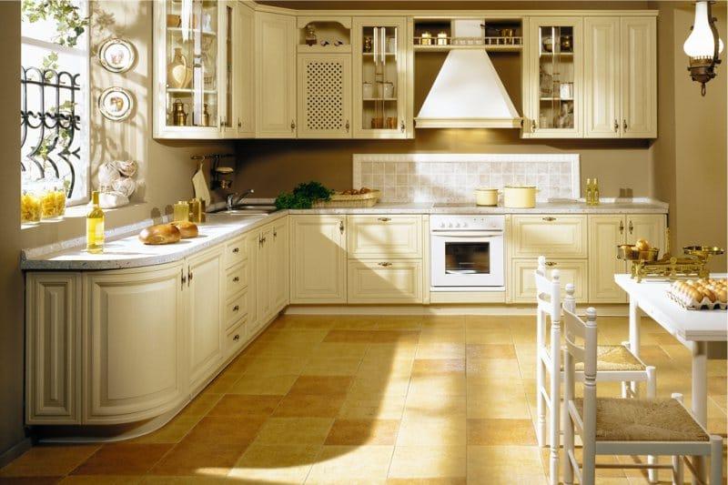 Le sol des carreaux à l'intérieur d'une cuisine classique