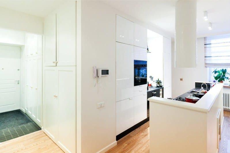 Podlaha v interiéru kuchyně ve stylu minimalismu - laminát