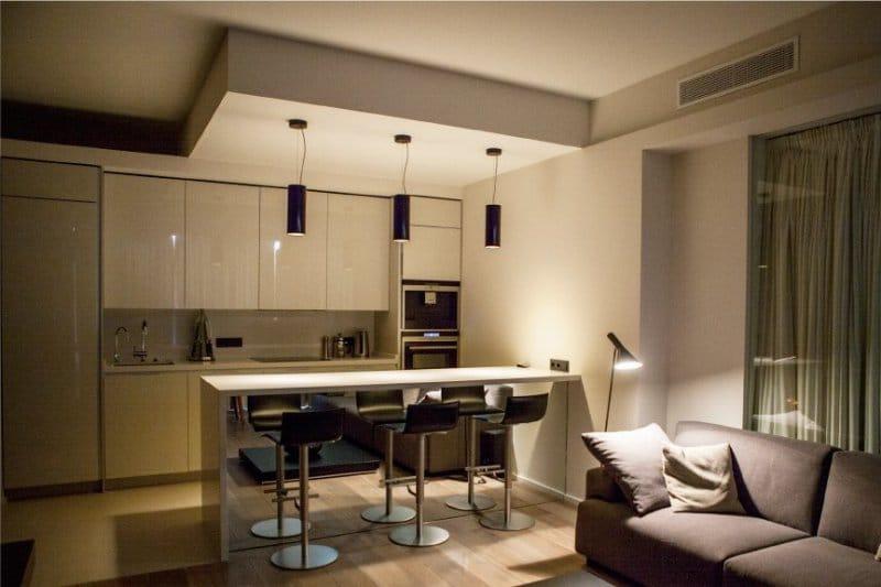 Strop v kuchyni-obývací pokoj ve stylu minimalismu