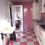 Vaaleanpunaiset laatat keittiössä