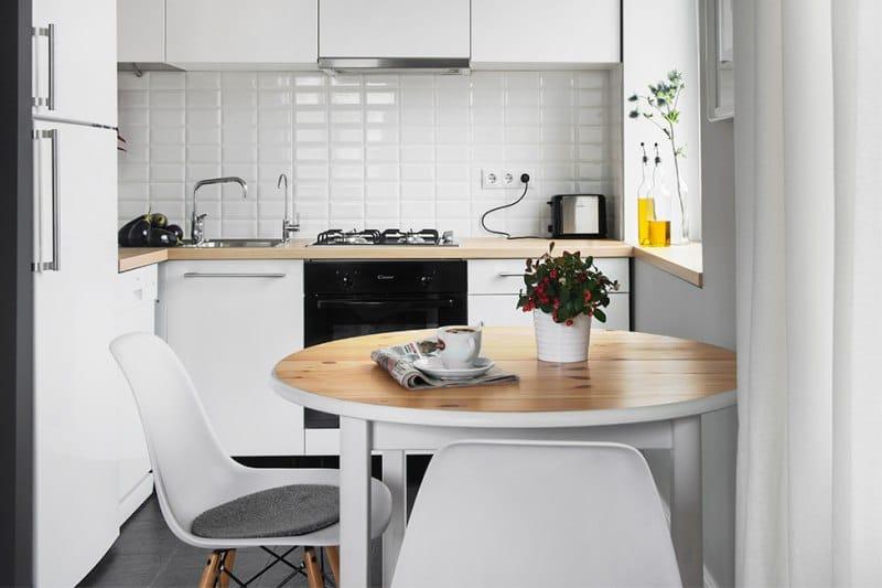 stůl v minimalistické kuchyni