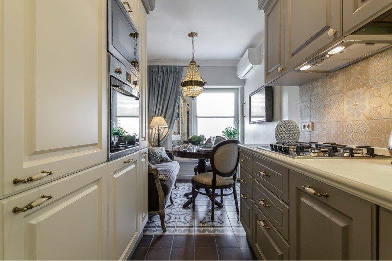 Dapur sempit dengan kabinet putih dan kelabu