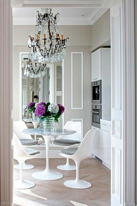 Tükör a klasszikus konyha belsejében Sztálinban