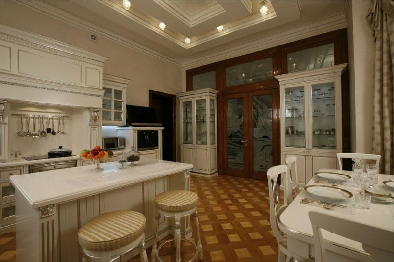 Buffet et vitrine à l'intérieur d'une cuisine classique