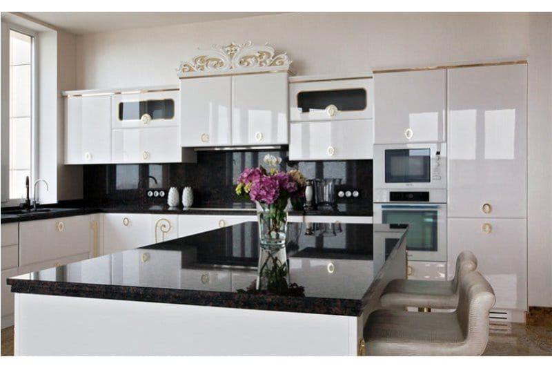 Comptoir en pierre noire dans la cuisine de style néoclassique