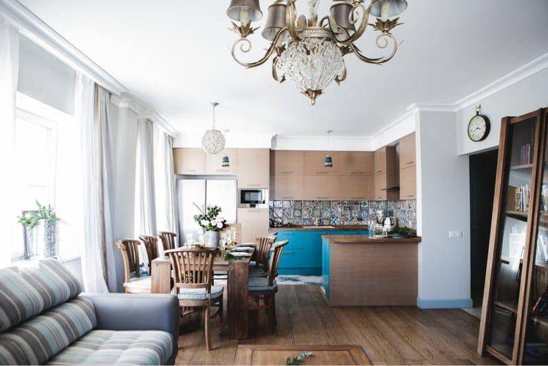 שולחן מעץ טיק במטבח - סלון