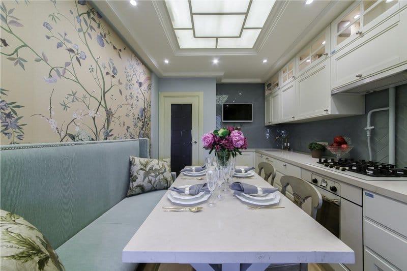 Velvet sofa i køkkenet interiør