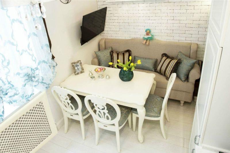 עיצוב מטבח עם ספה - סידור מקביל של אזורי עבודה ואוכל