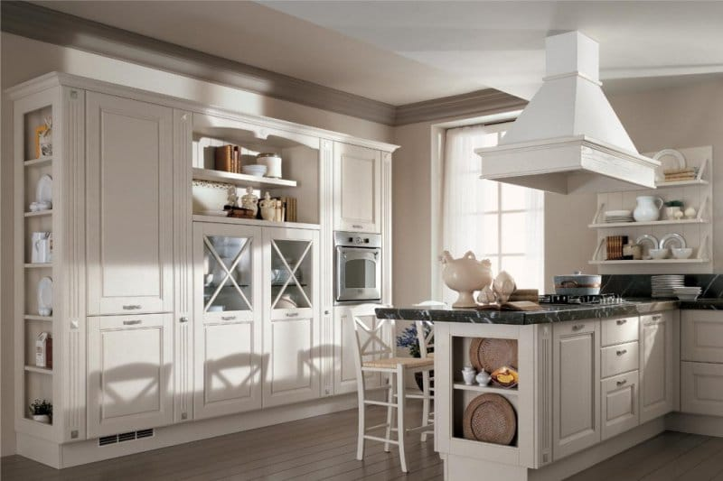 Plafond à deux niveaux avec moulures dans la cuisine dans un style classique