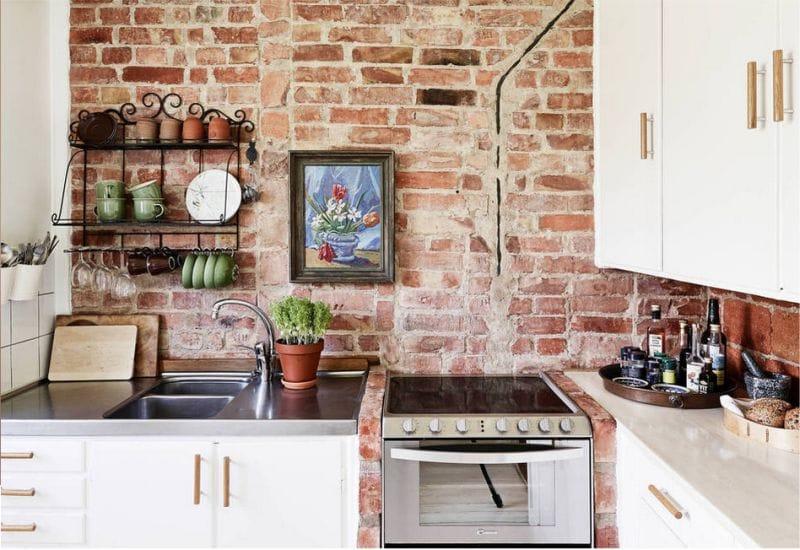 Tiiliseinä keittiön sisustuksessa maalaismaiseen tyyliin