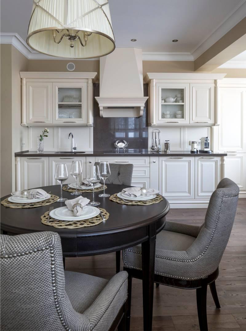 שולחן עץ עגול במטבח