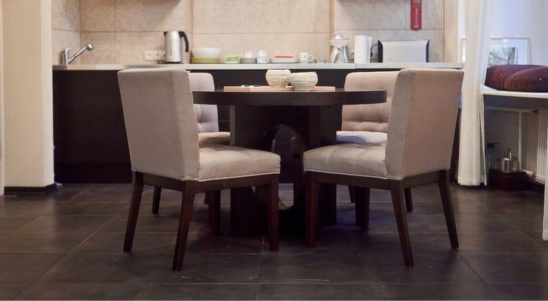 שולחן עץ עגול בפנים המטבח