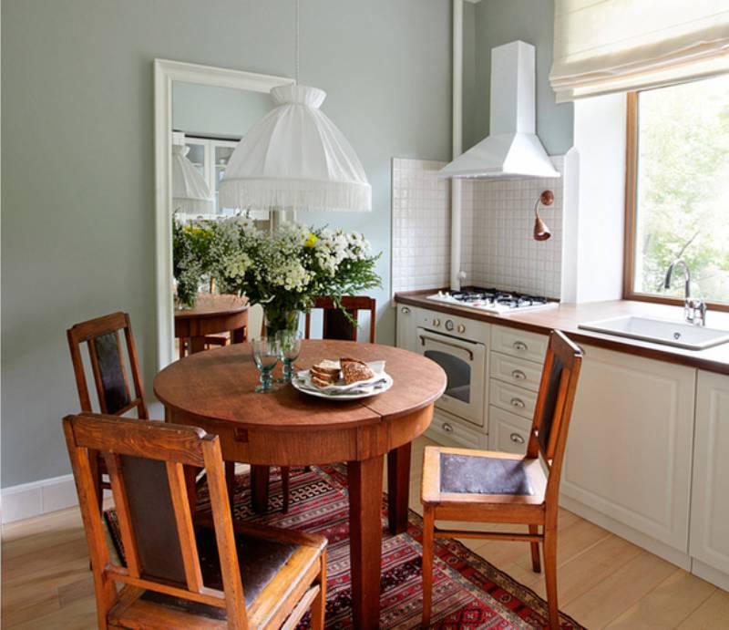 שולחן עץ עגול קטן בפנים של מטבח קטן
