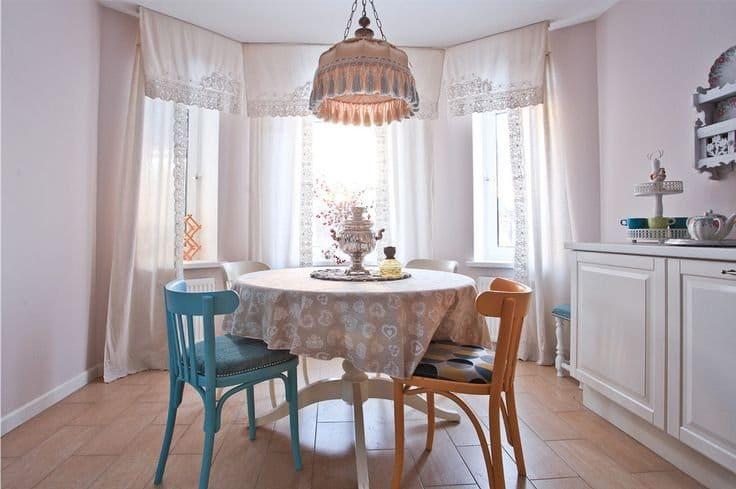 Asztalterítővel borított kerek asztal