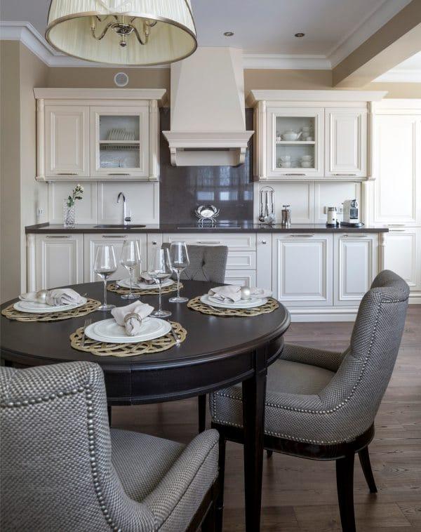 שולחן עגול בפינת המטבח