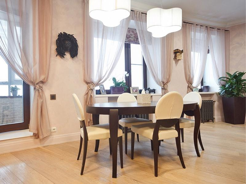 שולחן סגלגל בפנים חדר האוכל-המטבח