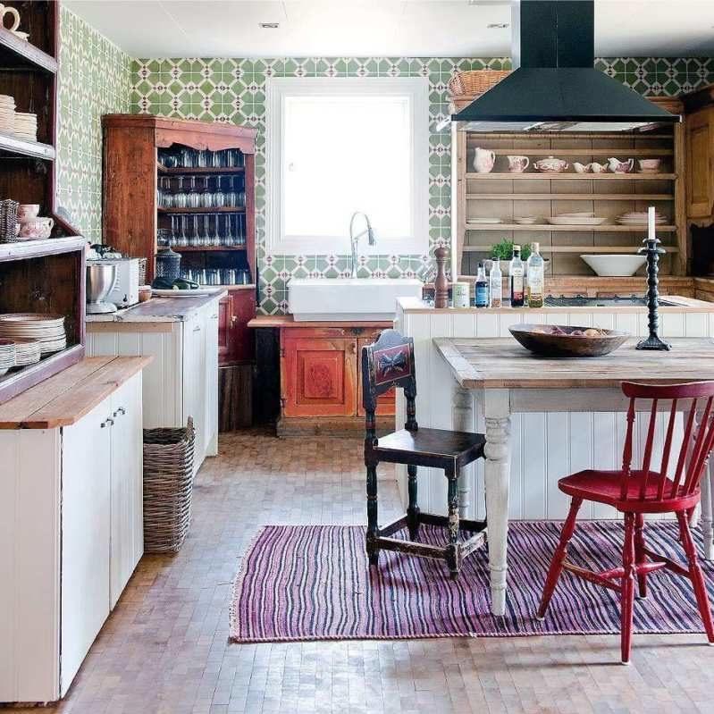 Keittiö, show-ikkunat, buffet- ja sivupöydät maalaistyyliin