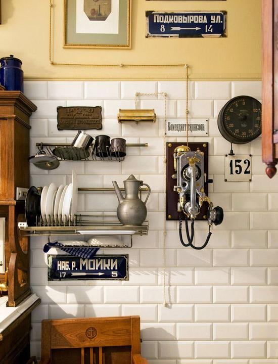 Seinään kiinnitetty keittiökalustus