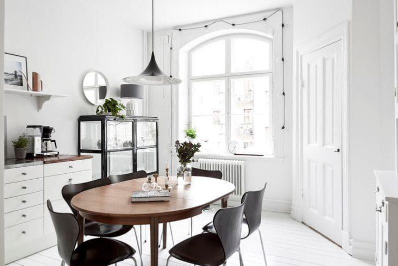 Ovális fából készült asztal a konyha modern stílusban.