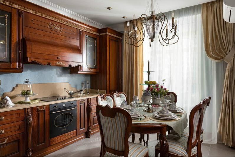 Ovális fából készült asztal egy klasszikus konyha belsejében