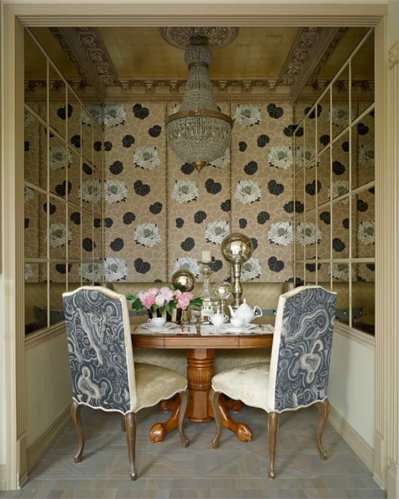 שולחן סגלגל בפנים חדר אוכל קטן