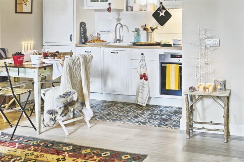 Parketti ja laatta keittiön sisätiloissa Skandinavian maan tyyliin