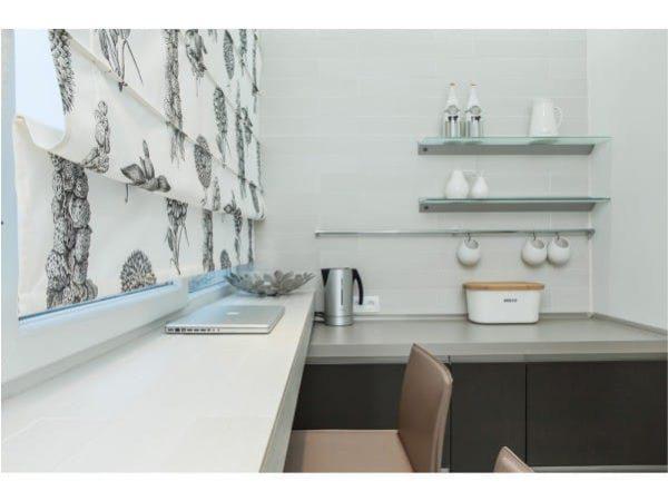 Az erkélyen elhelyezett csúszdaszámláló konyhával kombinálva