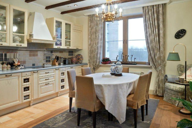 Poutres de plafond à l'intérieur de la cuisine dans un style classique